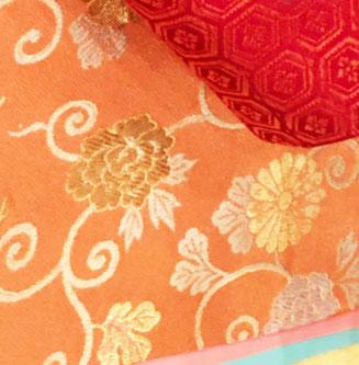 菊牡丹唐草の着物の柄の画像